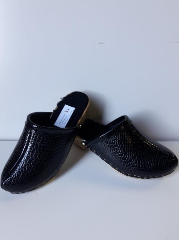 05c925e77830 HIVER CROCO NOIR modèle hiver dessus cuir croco noir et fourrure intérieur  , semelle bois ...